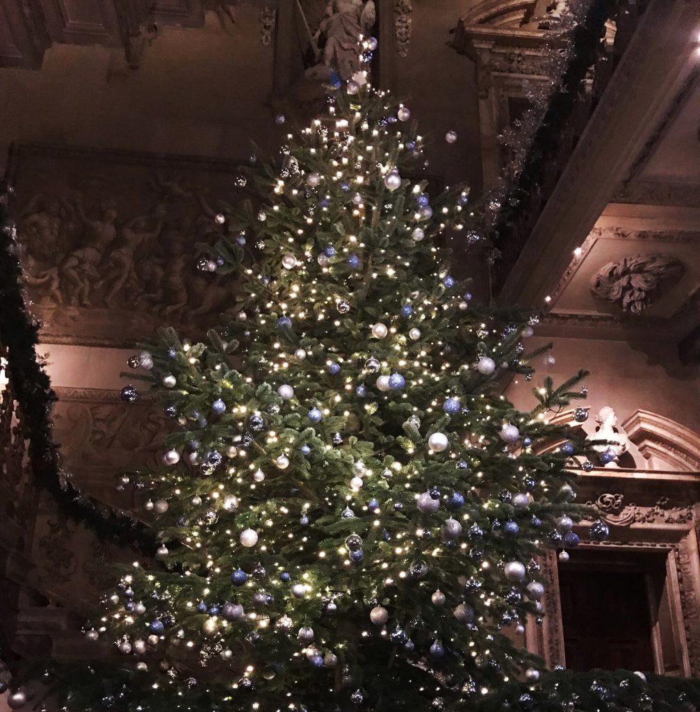 ピアノ演奏と楽しいトーク、そしてティータイムで皆様をおもてなし! 「イギリス館のクリスマスイベント」